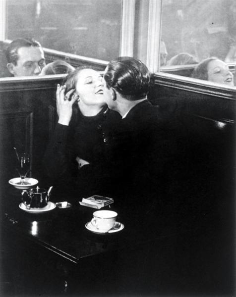 Couple d'amoureux, Place d'Italie, 1932 - Brassai