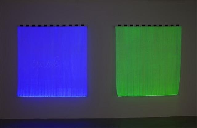 Photo-souvenir: Monochrome électrique – Bleu B2 & Vert B3, travail situé, 2012 - Даниель Бюрен